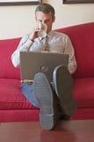 Geschäftsmann, der im Hotelzimmer arbeitet Stockfotografie