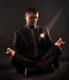 Geschäftsmann, der im Lotussitz, meditateing sitzt Stockbilder