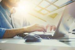 Geschäftsmann, der im modernen Büro mit moderner Technologie arbeitet Wachstumstabellen, Geschäftskonzept, Strategie, Entwicklung Lizenzfreie Stockfotografie