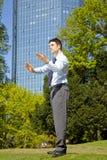 Geschäftsmann, der im Park mit siamesischem Chi sich entspannt Lizenzfreies Stockbild