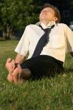 Geschäftsmann, der im Park sich entspannt Stockfoto