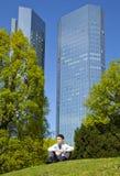 Geschäftsmann, der im Park während der Mittagspause sich entspannt Stockfoto