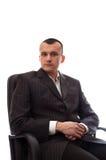Geschäftsmann, der im schwarzen Bürostuhl sitzt Stockfoto