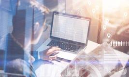 Geschäftsmann, der im sonnigen Büro auf Laptop arbeitet Mann, der Papierdokumente in den Händen verwahrt Konzept des digitalen Sc stockfotos