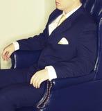 Geschäftsmann, der im Stuhl sitzt stockfotografie