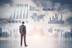 Geschäftsmann, der infographics betrachtet Stockfotos