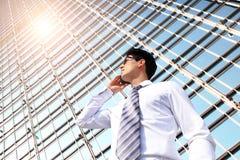 Geschäftsmann, der am intelligenten Telefon spricht Stockfotografie