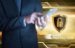 Geschäftsmann, der intelligentes Telefondatenschutzschild hält Lizenzfreies Stockfoto