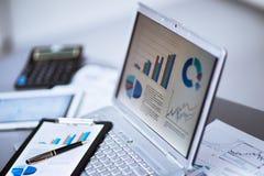 Geschäftsmann, der Investitionsdiagramme analysiert Lizenzfreies Stockbild