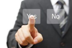 Geschäftsmann, der ja virtuellen Knopf bedrängt Lizenzfreies Stockbild