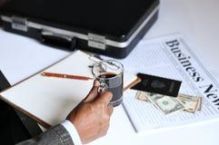 Geschäftsmann, der Kaffee mit Geschäft newpaper hält lizenzfreie stockfotos