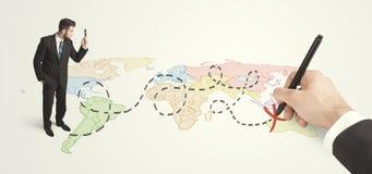 Geschäftsmann, der Karte betrachten und Weg eigenhändig gezeichnet Stockbilder