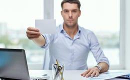 Geschäftsmann, der Karte des leeren Papiers im Büro zeigt Stockbild