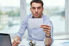 Geschäftsmann, der Karte des leeren Papiers im Büro zeigt Lizenzfreie Stockfotos