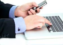 Geschäftsmann, der Kenntnisse von einem Laptop nimmt Stockbilder