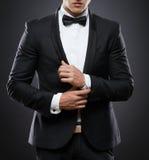 Geschäftsmann in der Klage auf einem dunklen Hintergrund Stockfoto