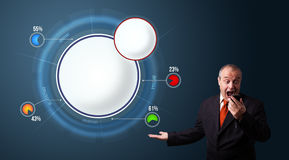 Geschäftsmann in der Klage, die ein Telefon hält und abstraktes modernes Kreisdiagramm mit Kopienraum darstellt Lizenzfreie Stockfotos