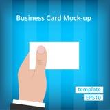 Geschäftsmann in der Klage, die leere Visitenkarte hält Lizenzfreies Stockbild