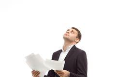 Geschäftsmann in der Klage mit den Papieren, die oben schauen Stockfotografie