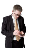 Geschäftsmann in der Klage mit smartphone Lizenzfreie Stockfotografie