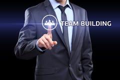 Geschäftsmann, der Knopf auf Touch Screen Schnittstelle und ausgewählter Teamentwicklung bedrängt Geschäft, Technologiekonzept Lizenzfreies Stockbild