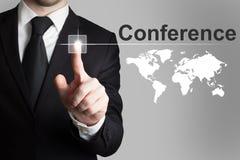 Geschäftsmann, der Knopfkonferenz International worldmap drückt Stockfoto