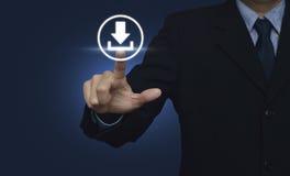 Geschäftsmann, der Knopfnetz-Downloadikone über Blaurückseite von Hand eindrückt Stockbild