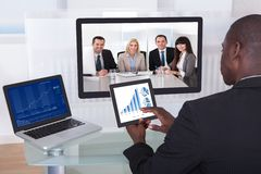Geschäftsmann in der Konferenz Diagramm analysierend Lizenzfreies Stockfoto