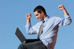 Geschäftsmann, der an Laptop arbeitet Lizenzfreie Stockbilder
