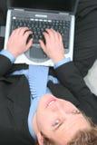 Geschäftsmann, der an Laptop arbeitet stockbilder