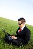 Geschäftsmann, der Laptop betrachtet Lizenzfreie Stockbilder