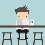 Geschäftsmann, der an Laptop am Café arbeitet Lizenzfreie Stockbilder