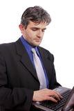 Geschäftsmann, der an Laptop-Computer arbeitet Stockbilder