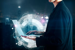 Geschäftsmann, der Laptop mit digitalem Muster hält Lizenzfreie Stockbilder