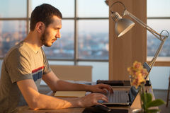 Geschäftsmann, der an Laptop am Schreibtisch im Büro arbeitet Lizenzfreies Stockbild