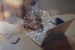 Geschäftsmann, der Laptop und Showzeichentechnologieikone verwendet Konzept des Zukunft- und Tendenzinternets für einfachen Infor stockfotos