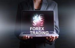 Geschäftsmann, der Laptopwelt des Währungsdevisenhandels hält Stockbilder