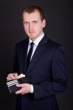 Geschäftsmann, der ledernen Geldbeutel mit Eurobanknoten hält Lizenzfreie Stockbilder