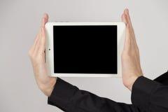 Geschäftsmann, der leere digitale Tablette zeigt Stockfoto