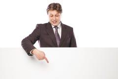 Geschäftsmann, der leeres Brett und das Zeigen hält Stockfoto