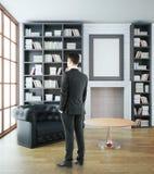 Geschäftsmann in der luxuriösen Bibliothek Stockfotografie