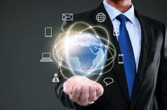Geschäftsmann, der Medien des globalen Netzwerks darstellt Stockbilder