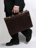 Geschäftsmann, der mit Aktenkoffer 1 läuft stockfotografie