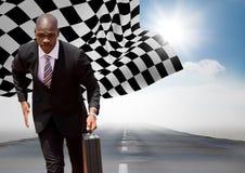 Geschäftsmann, der mit Aktenkoffer auf Straße gegen Himmel mit Sonne und Zielflagge läuft Lizenzfreies Stockbild