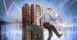 Geschäftsmann, der mit Aktenkoffer und hohem Gebäude mit wirtschaftlichem Finanzhintergrund läuft Stockfoto