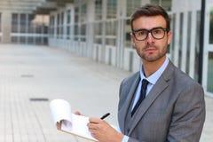 Geschäftsmann, der mit Aufmerksamkeit beim Nehmen von Kenntnissen hört lizenzfreie stockbilder