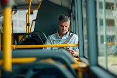 Geschäftsmann, der mit dem Bus reist Stockbilder