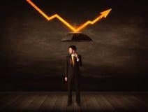 Geschäftsmann, der mit dem Regenschirm hält orange Pfeil steht Stockbilder