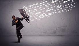 Geschäftsmann, der mit dem Regenschirm und gezogenen Pfeilen schlagen ihn steht Lizenzfreies Stockfoto
