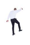 Geschäftsmann, der mit den Armen oben geht Stockfotografie